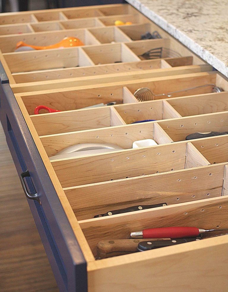 Transitional kitchen drawer dividers
